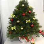 Сегодня я хочу вам представить мастер-класс по изготовлению маленькой новогодней елочки из живых еловых веток Источник: https://7dach.ru/KatyaK/novogodnyaya-elochka-iz-zhivyh-elovyh-vetok-100067.html?