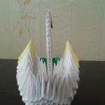 Можете нарисовать или приклеить глаза. Из ленточки сделать бантик и приклеить к шеи. Осторожно присоедините готовую шею к оставшимся двум пустым уголкам. | Оригинал: http://svoimi-rukami-club.ru/модульное-оригами-лебедь-из-модулей/
