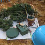 Для изготовления елки нам понадобится: Источник: https://7dach.ru/KatyaK/novogodnyaya-elochka-iz-zhivyh-elovyh-vetok-100067.html?