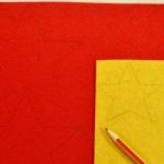 2. Выбираем фетр для основы нашей звезды и для серединки. Прикладываем выкройки к фетру и простым карандашом обводим по контуру. Большую звезду обводим 2 раза, маленькую - 1 раз.
