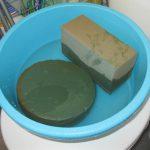 Флористические губки замачиваем в большом количестве воды, при необходимости доливаем воду. Источник: https://7dach.ru/KatyaK/novogodnyaya-elochka-iz-zhivyh-elovyh-vetok-100067.html?