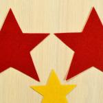3. Аккуратно вырезаем три звезды по контуру.