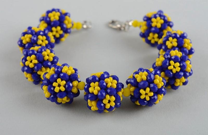 браслет из синих и желтых бусин
