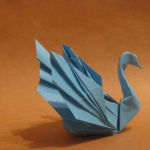Лебедь из бумаги на фото