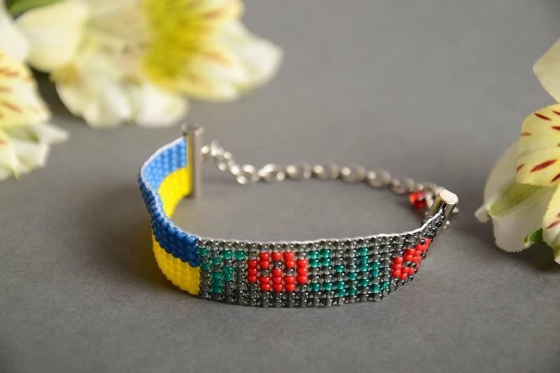 разноцветный браслет из бисера