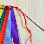 12. Когда цвета подобраны, аккуратно собираем ленты вместе, чуть накладывая друг на друга и сшиваем швом назад иголку.