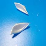 Теперь аналогичным образом, но уже без использования сетки, формируем однослойные белые лепестки. | Оригинал: http://svoimi-rukami-club.ru/волшебная-палочка-своими-руками/