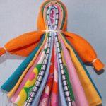 Можно сделать такой сувенир из плотной ткани разных цветов, сложив пополам и обмотав ниткой голову и ручки