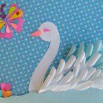 Используйте для лебедя красивую основу и элементы декора.