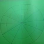 Делаем внутренний круг, отступив примерно на 2-2,5 см от края основного круга.