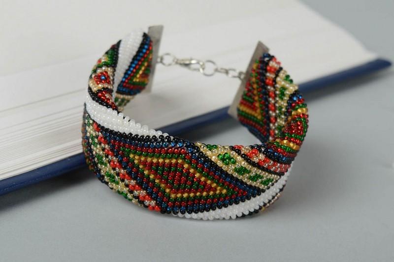 красивый браслет из бисера