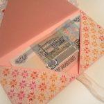 Прикрепление ленты и денег Конверт для денежного подарка