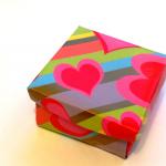 Яркая коробочка из бумаги