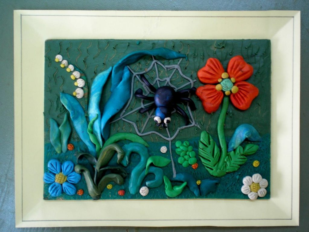 Красивые цветы в картине из пластилина