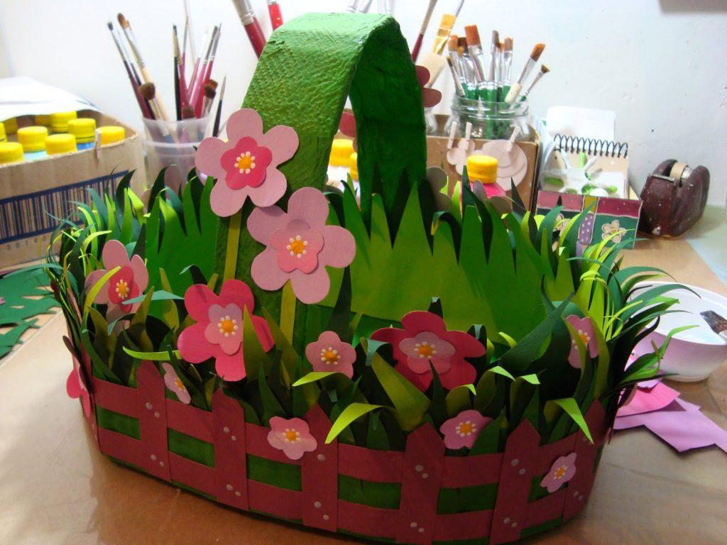 Объемная клумба с цветами из картона