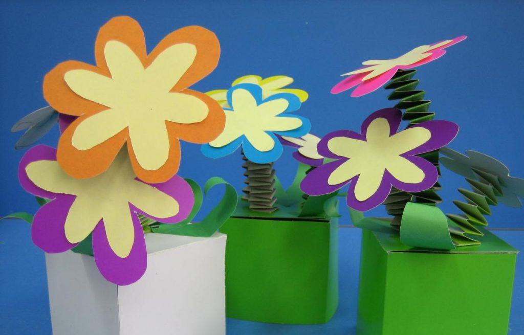Цветы из картона в клумбе