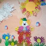 Яркая картина клоун с лебедью