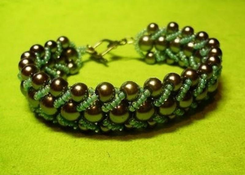 зеленый браслет из бисера