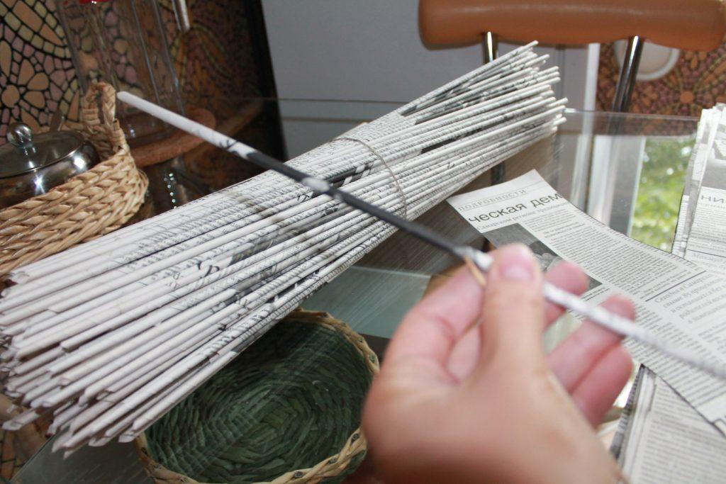 Процесс создания газетных трубочек