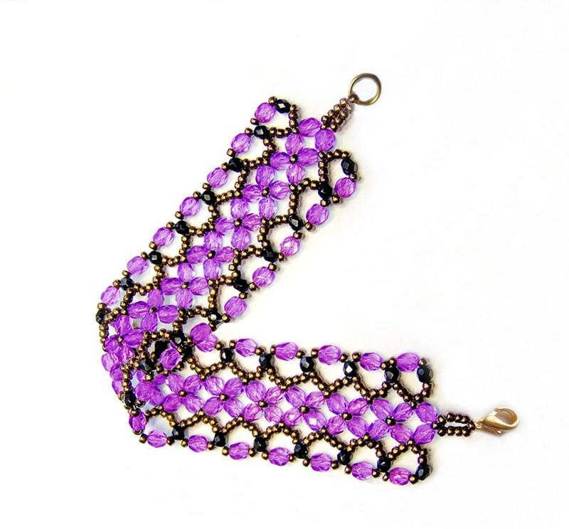 браслет из фиолетовых и черных бусин