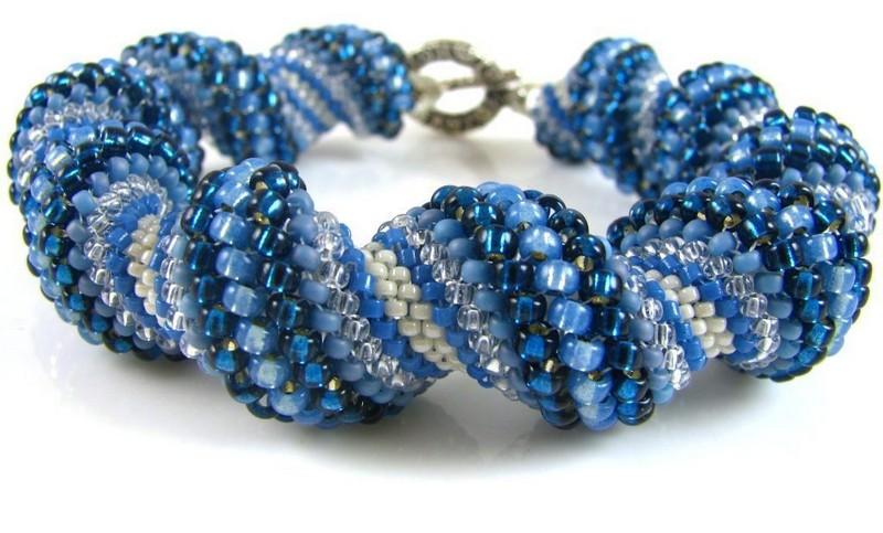 объемный синий браслет из бисера