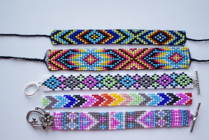 разноцветные браслеты из бисера