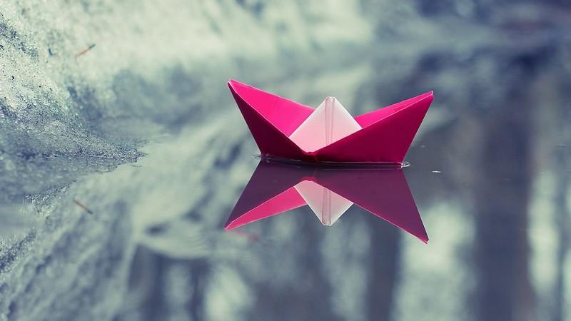 розовый бумажный кораблик