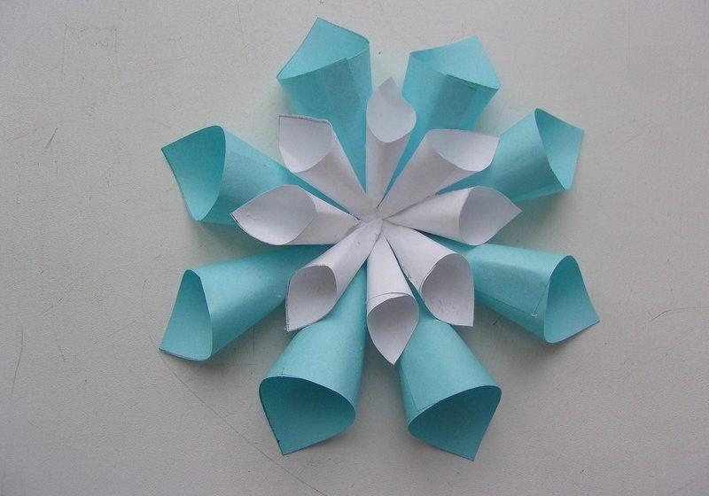 снежинка из бумажных конусов