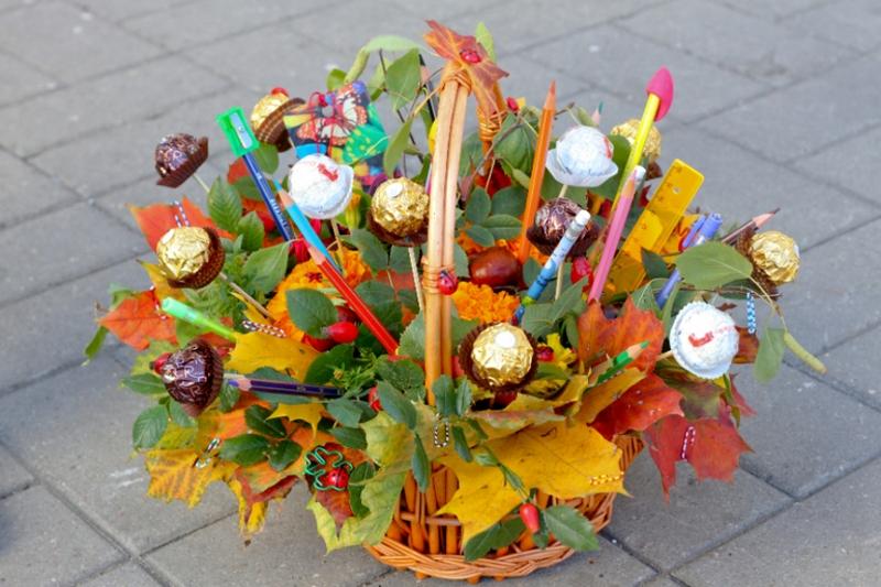 Букет из конфет и листьев и карандашей