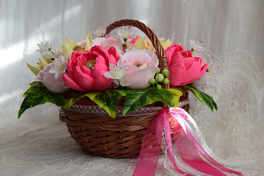 Сладкий букет с цветами из гофробумаги