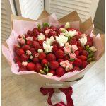 Букет из клубники с цветами