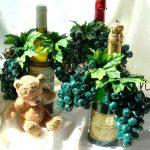 Украшение вина конфетами в виде винограда