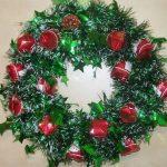 Рождественский венок из конфет и мишуры