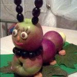 Гусеница из яблок - детская поделка