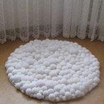 Белоснежный коврик из помпонов -декор для дома