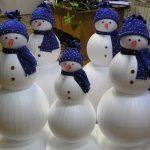 Полянка снеговиков в синих шапках