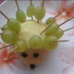 Ёжик из яблок и винограда