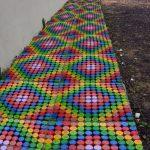 Тротуар из пластиковых крышек