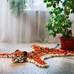 Оранжевый тигр с полосками из помпонов пряжи