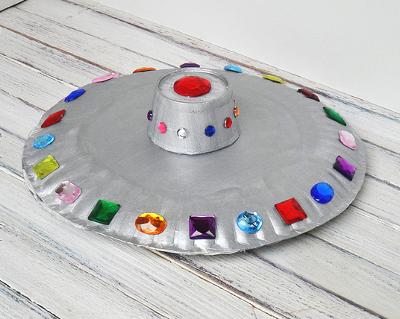 5. «Летающая тарелка» из одноразовых тарелок
