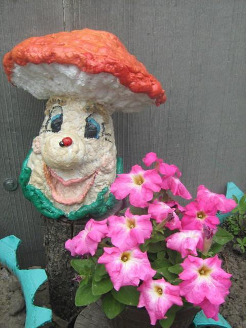 Фото 4. Простой гриб из монтажной пены -