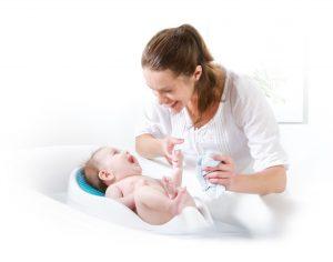 малыш в ванночке