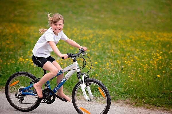 как научить ребенка крутить педали на велосипеде