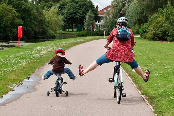 как ребенка научить на двухколесном велосипеде