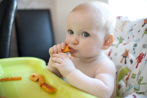 как научить ребенка жевать в год