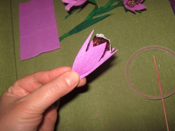 Конфета на палочке внутрь цветка