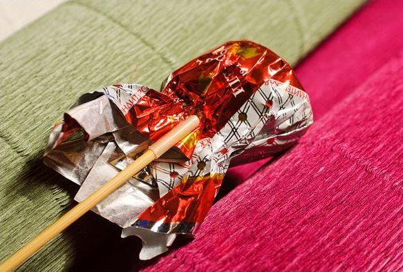 Накладывание палочки на обертку конфеты
